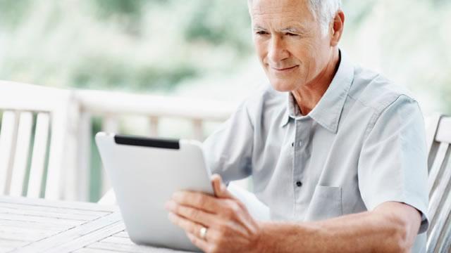 Abuelo-utilizando-tableta